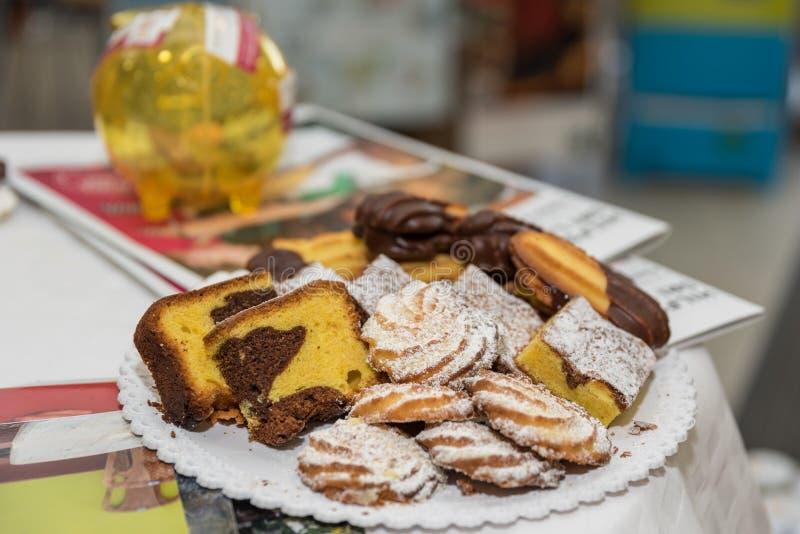 Cake en koekjes op de plaat stock foto