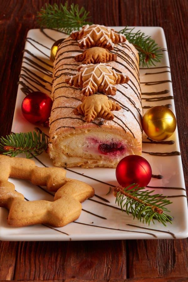 Cake en peperkoeken van het Kerstmis de de eigengemaakte broodje stock afbeeldingen