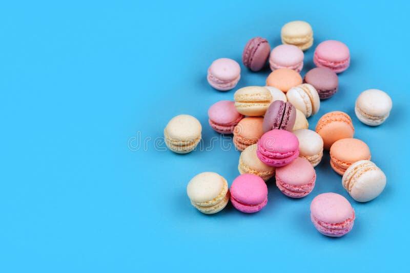 Cake macaron of makaron op blauwe achtergrond stock foto