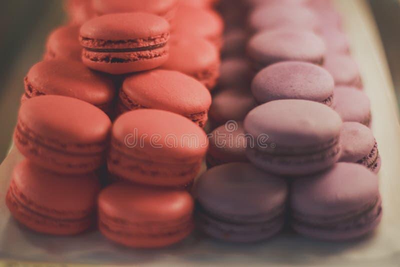 Cake macaron of makaron op witte achtergrond stock afbeelding