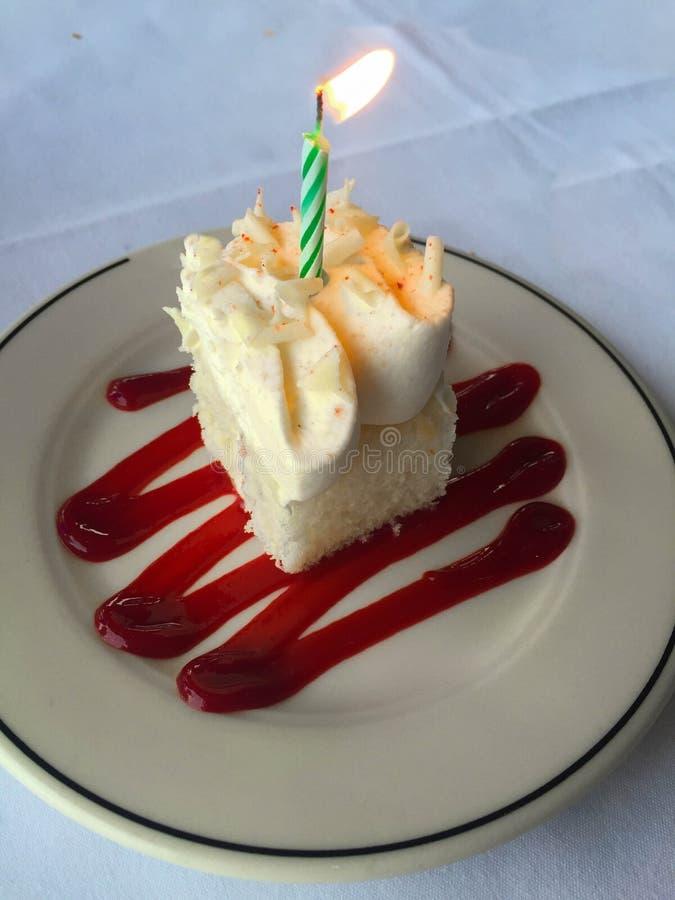 Cake met aangestoken vieringskaars royalty-vrije stock afbeeldingen