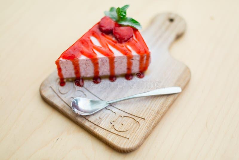 Cake met aardbeien op een bruin stock foto