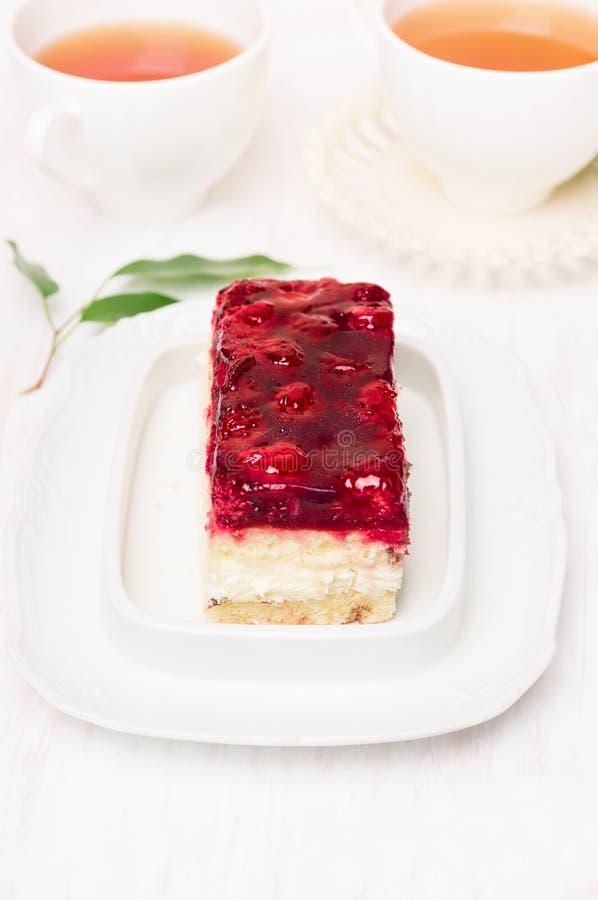 Cake met aardbeigelei en twee kop theeën royalty-vrije stock foto's