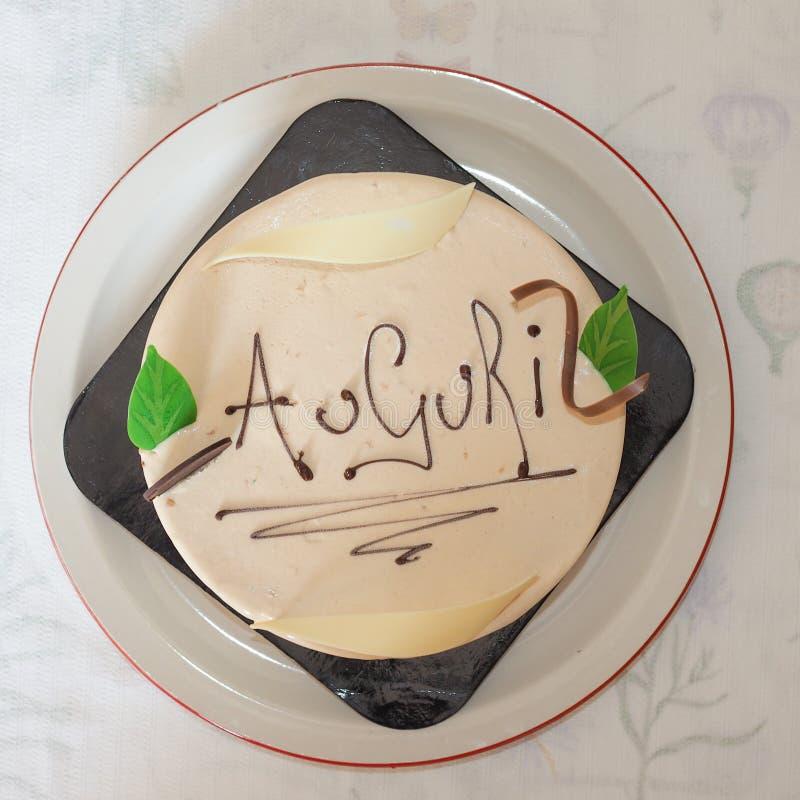 Cake met Auguri die (Gelukkige Verjaardag betekenen) stock foto
