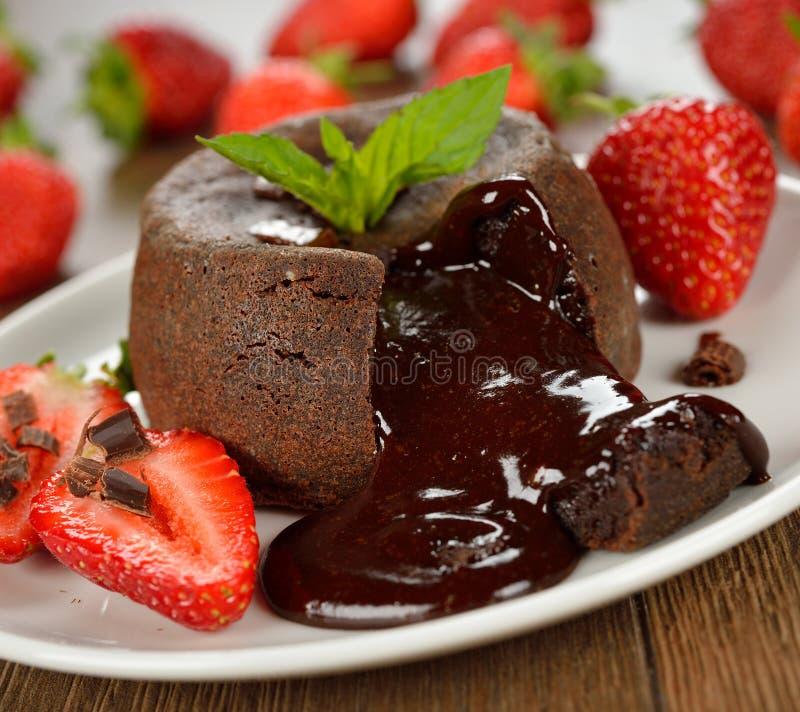 Cake met chocolade en aardbeien royalty-vrije stock foto