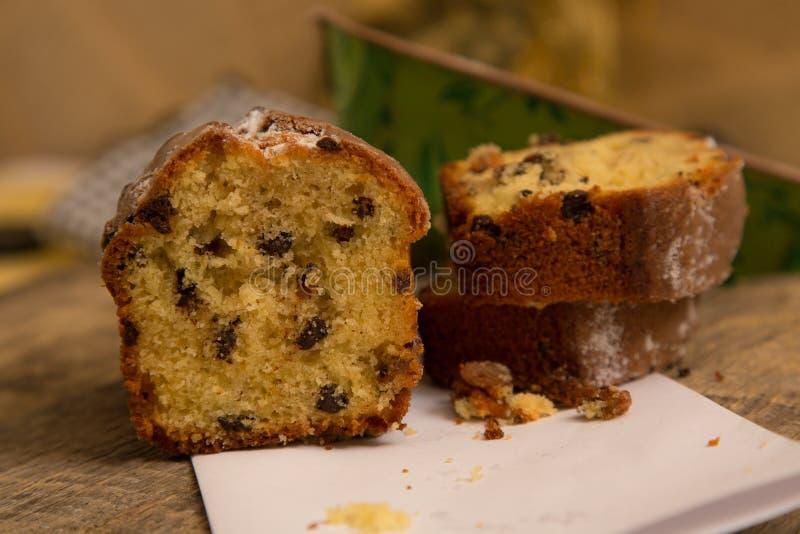 Cake met chocolade en rozijnen stock foto's