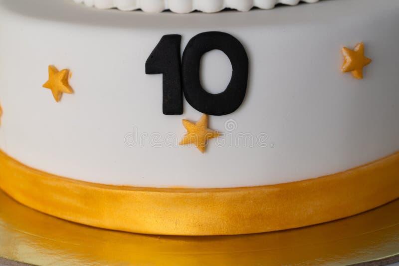 Cake met figuur tien close-up wordt verfraaid als achtergrond die stock fotografie