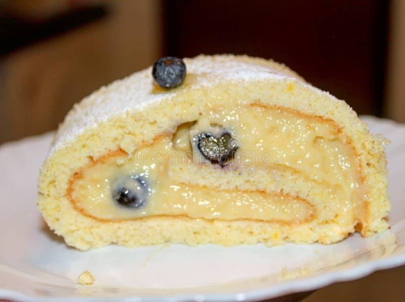 Cake met fruit op plaat stock afbeeldingen