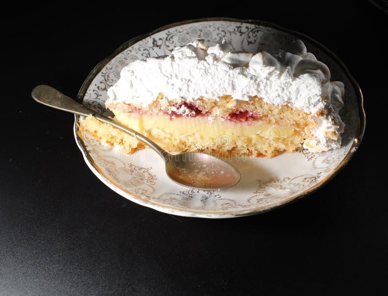 cake met gekarameliseerd schuimgebakje royalty-vrije stock fotografie