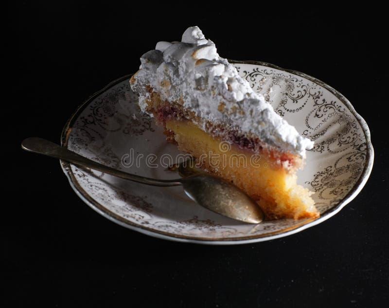 cake met gekarameliseerd schuimgebakje stock fotografie