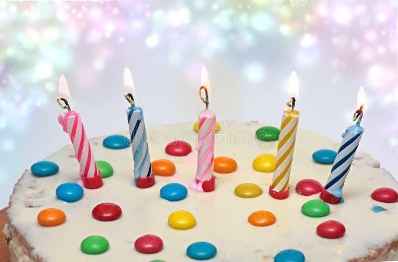 Cake met het Branden van Kaarsen, stock afbeelding