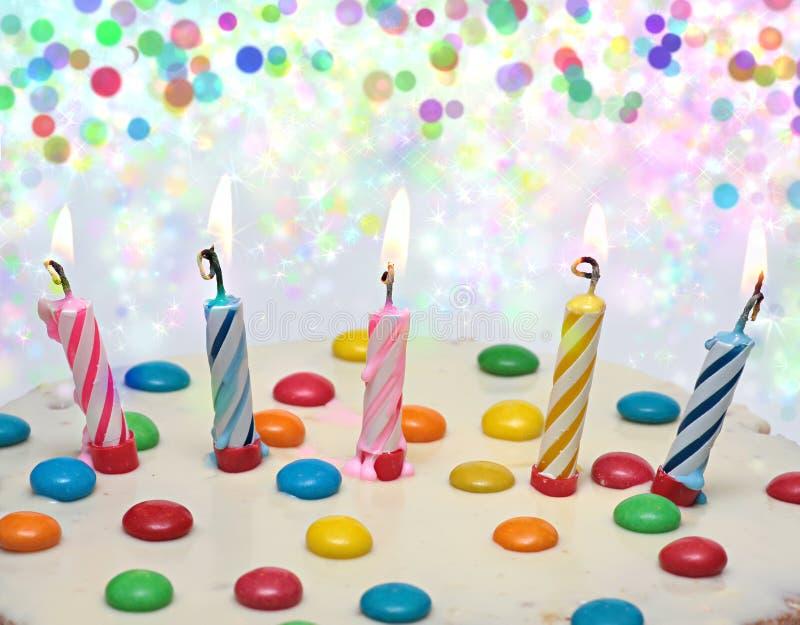 Cake met het Branden van Kaarsen, stock foto's
