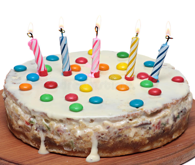 Cake met het Branden van Kaarsen, Geïsoleerde Witte Achtergrond royalty-vrije stock foto