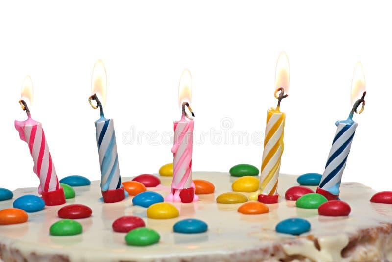 Cake met het Branden van Kaarsen, Geïsoleerde Witte Achtergrond royalty-vrije stock fotografie