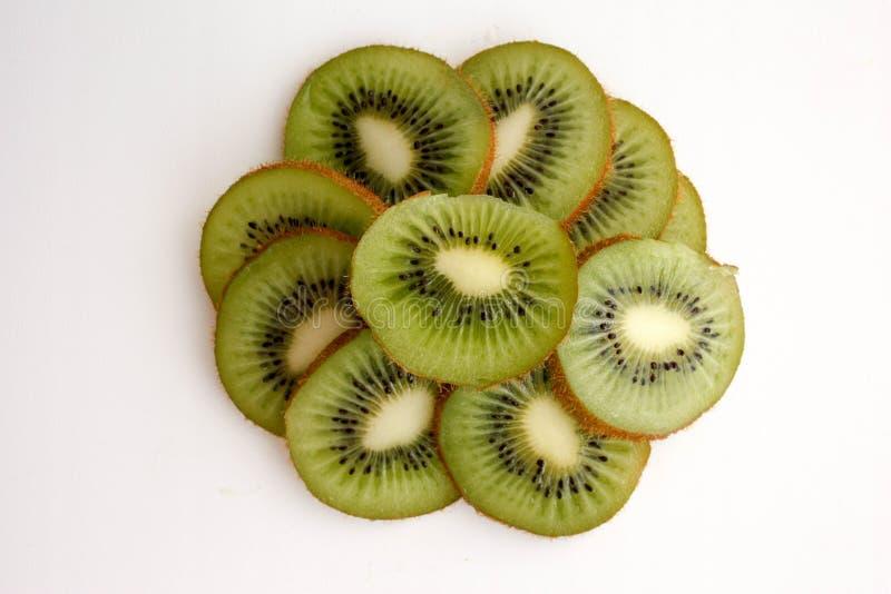 Cake met kiwi in een besnoeiing stock afbeelding