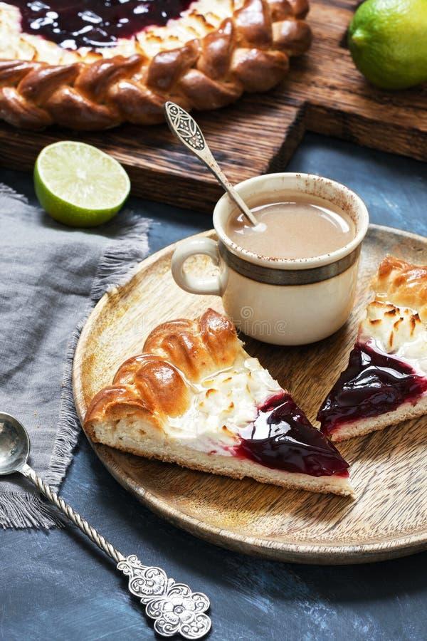 Cake met kwark en aardbeijam, koffie met melk Selectieve nadruk Heerlijk ontbijt stock foto's
