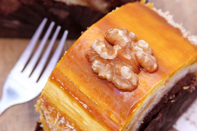 Cake met okkernoot stock afbeeldingen