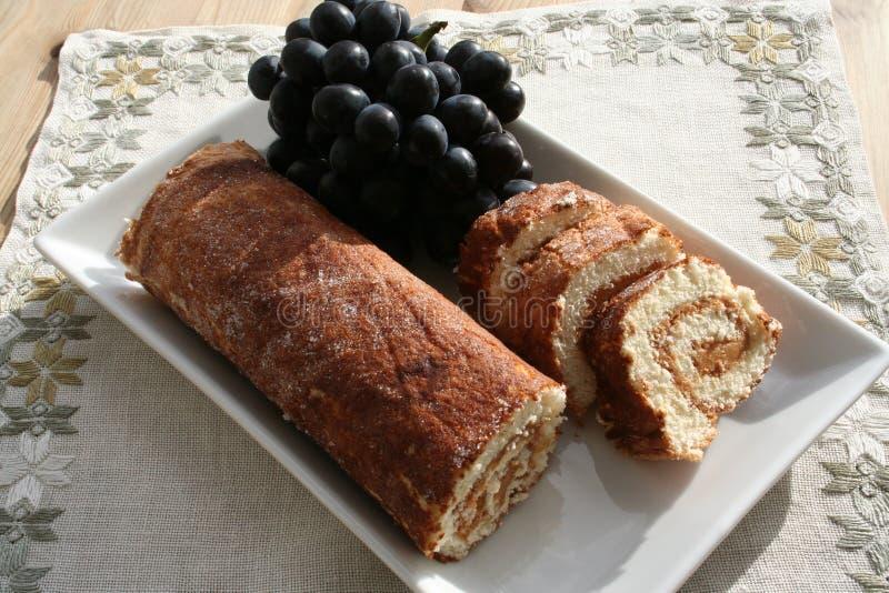 Cake met pindakaas en blauwe druiven stock afbeelding