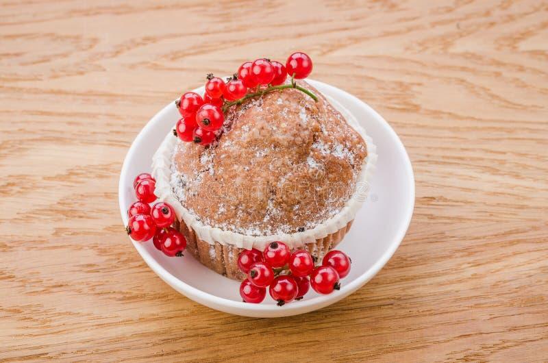 Cake met rode aalbesbessen op witte plaat/cake met rode aalbesbessen op witte plaat op een houten achtergrond Hoogste mening royalty-vrije stock afbeeldingen