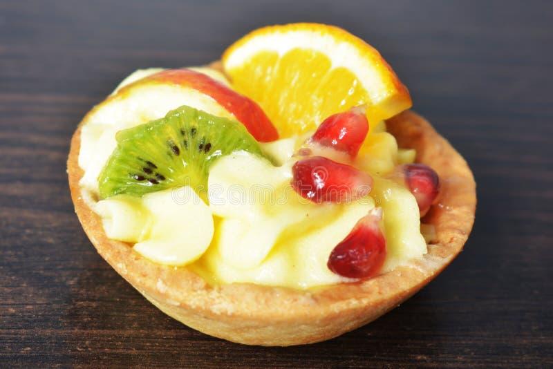 Cake met room en fruit in een mand stock afbeelding
