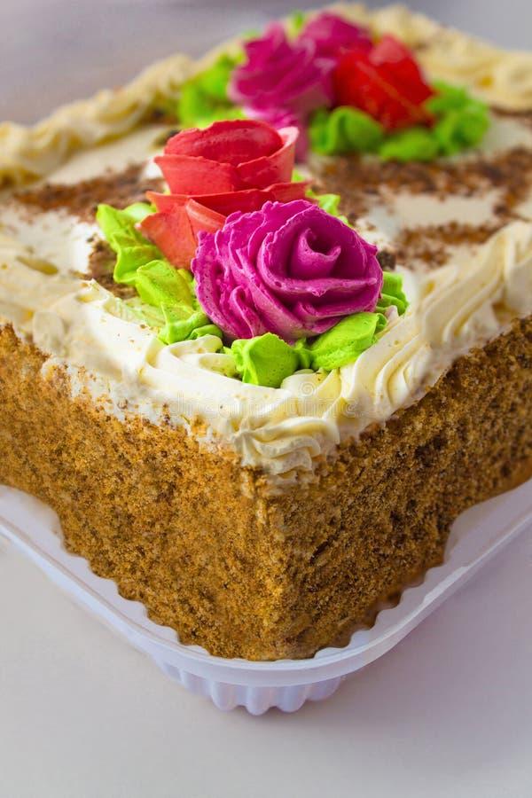 Cake met room en rozen stock afbeelding