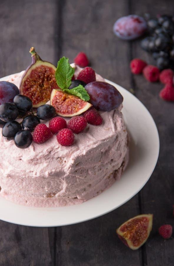 Cake met room, fruit en bessen royalty-vrije stock foto's