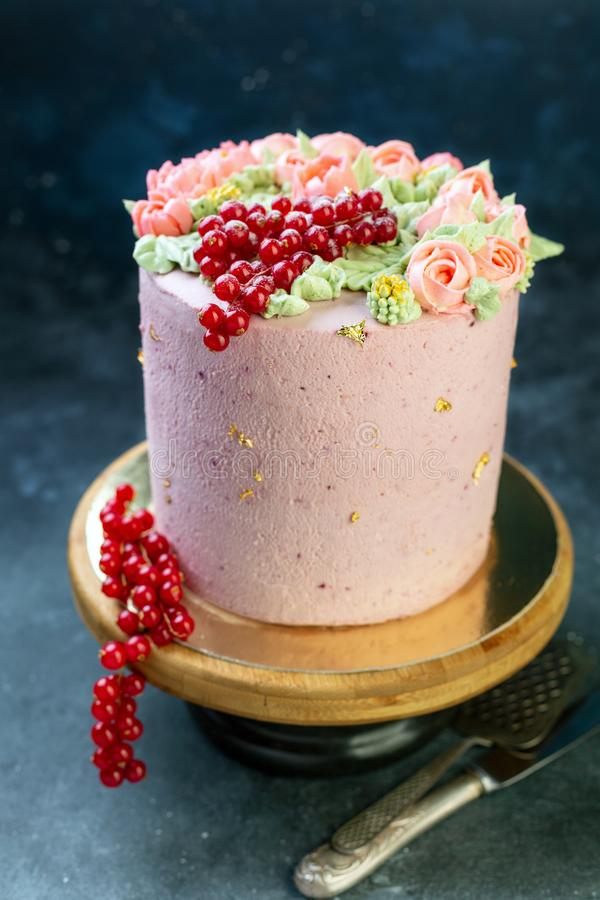 Cake met roombloemen, bessen en eetbaar goud stock fotografie
