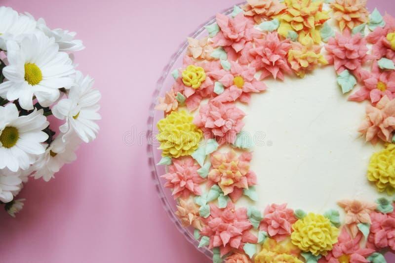 Cake met roombloemen op een lichte achtergrond royalty-vrije stock afbeeldingen
