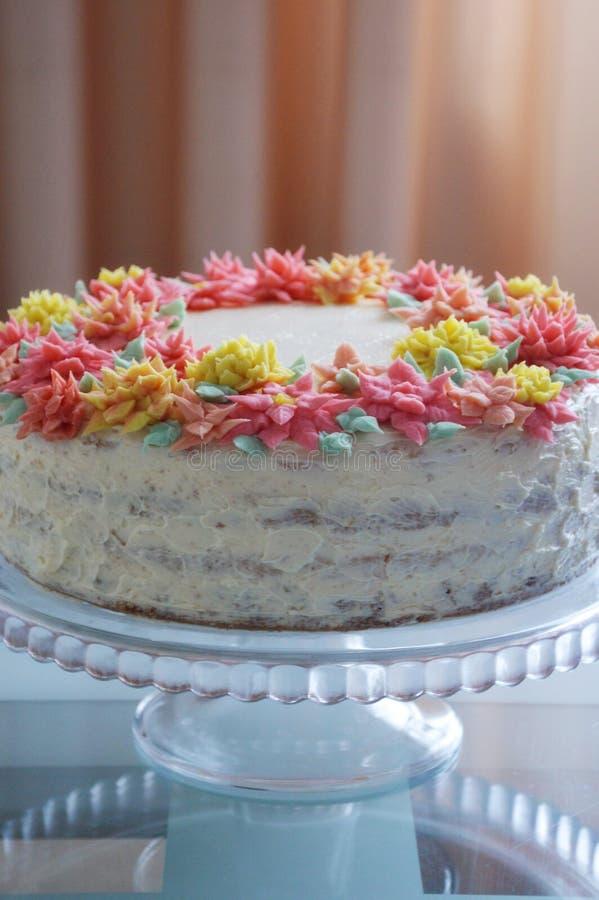 Cake met roombloemen op een lichte achtergrond stock foto