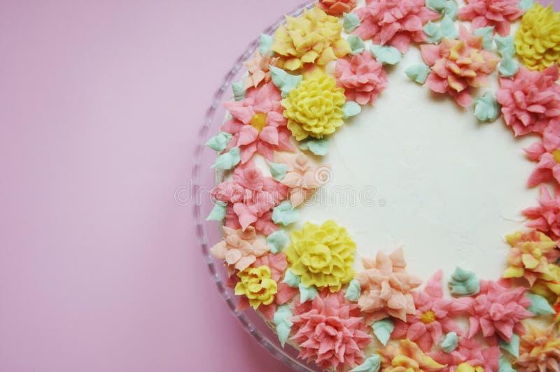 Cake met roombloemen op een lichte achtergrond stock fotografie