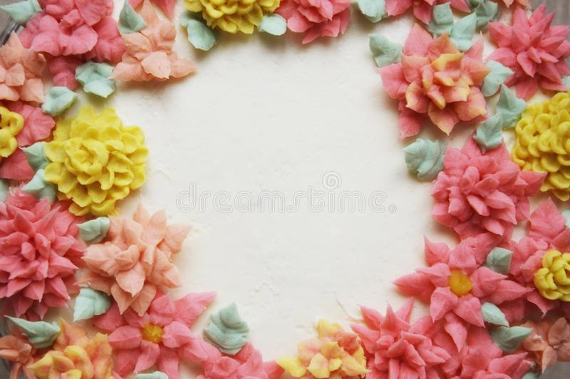 Cake met roombloemen op een lichte achtergrond stock afbeelding