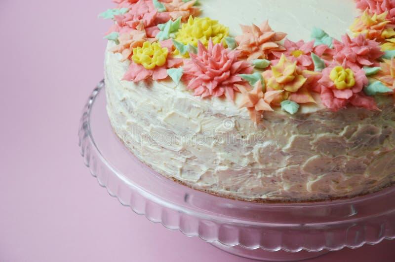Cake met roombloemen op een lichte achtergrond royalty-vrije stock fotografie