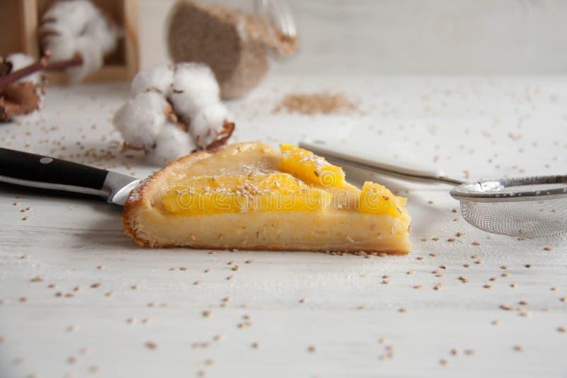 Cake met sinaasappelen stock afbeelding