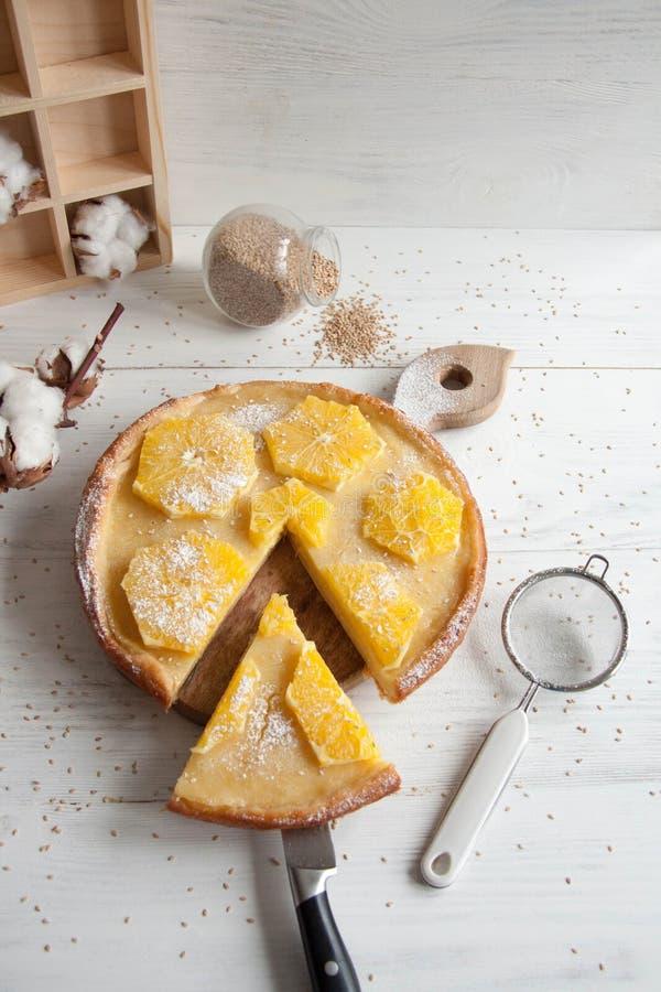 Cake met sinaasappelen royalty-vrije stock afbeelding