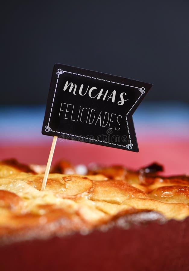 Cake met tekstmuchas felicidades, gelukwensen in het Spaans stock foto's