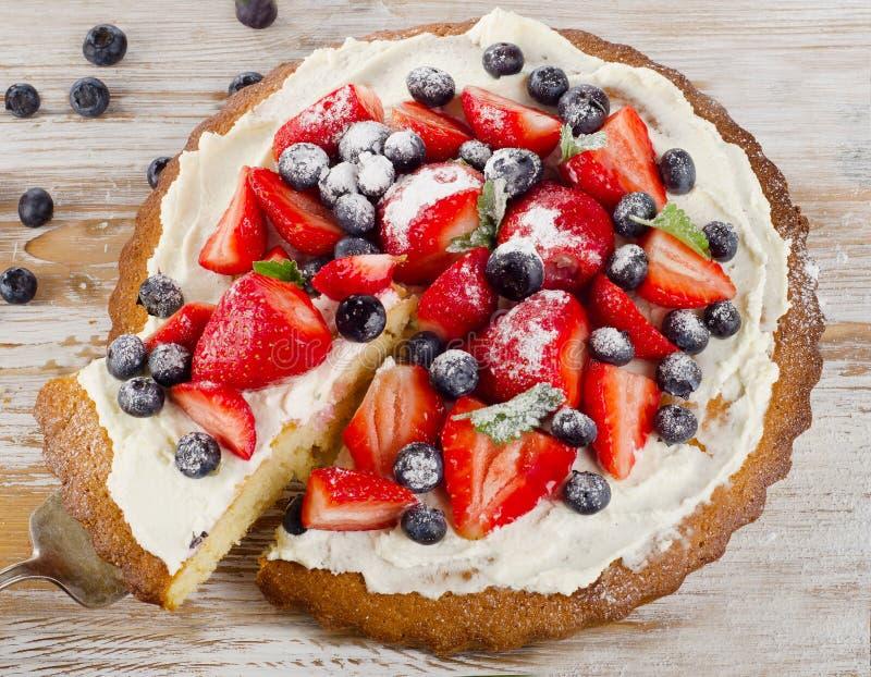 Cake met verse bessen royalty-vrije stock afbeeldingen