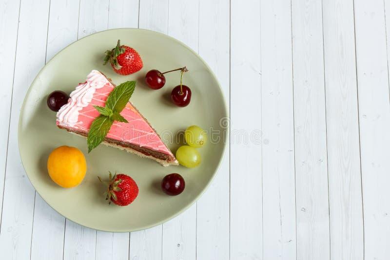 Cake met verse vruchten, exemplaar ruimte en selectieve nadruk royalty-vrije stock fotografie