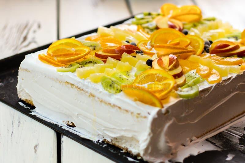 Cake met vruchten en room stock afbeelding