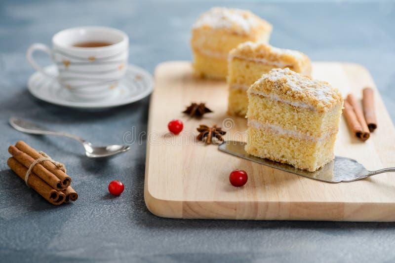 Cake Napoleon, bladerdeeg, vanilleplak of vlaplak, met Amerikaanse veenbes wordt versierd die royalty-vrije stock foto