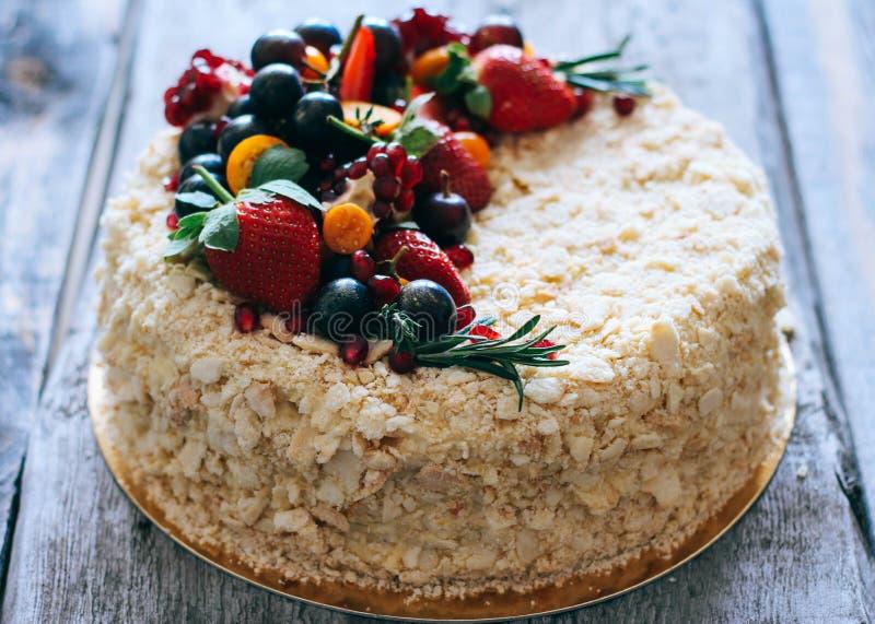 Cake Napoleon met bessen wordt verfraaid die stock foto's
