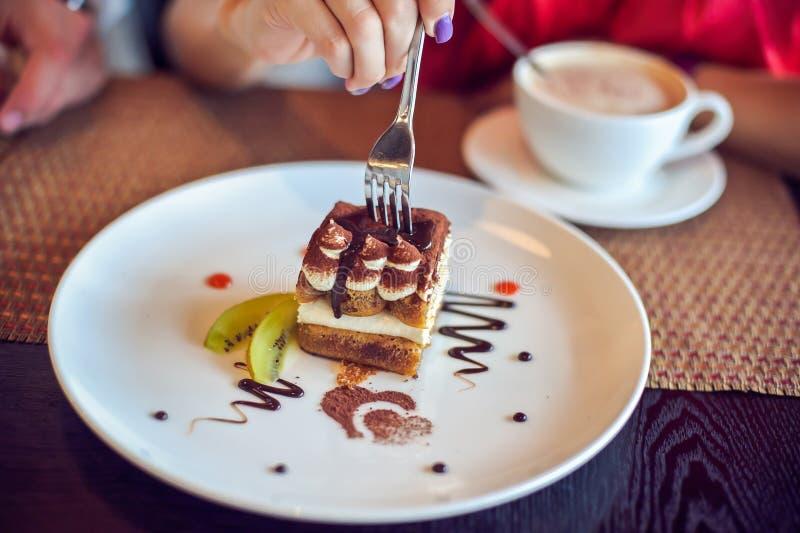 Cake op een plaat in koffie royalty-vrije stock foto's