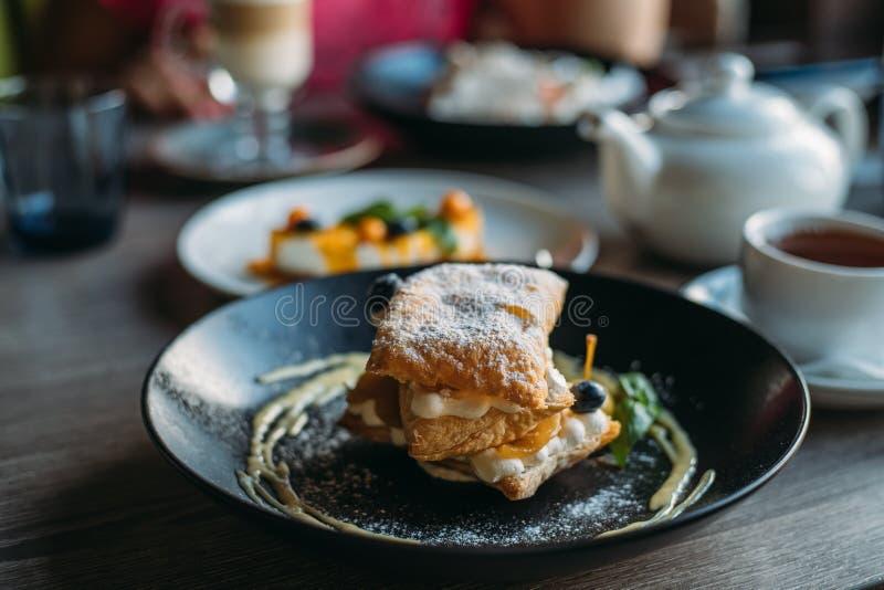 Cake op plaat en andere schotels in koffie of restaurant, selectieve nadruk royalty-vrije stock fotografie