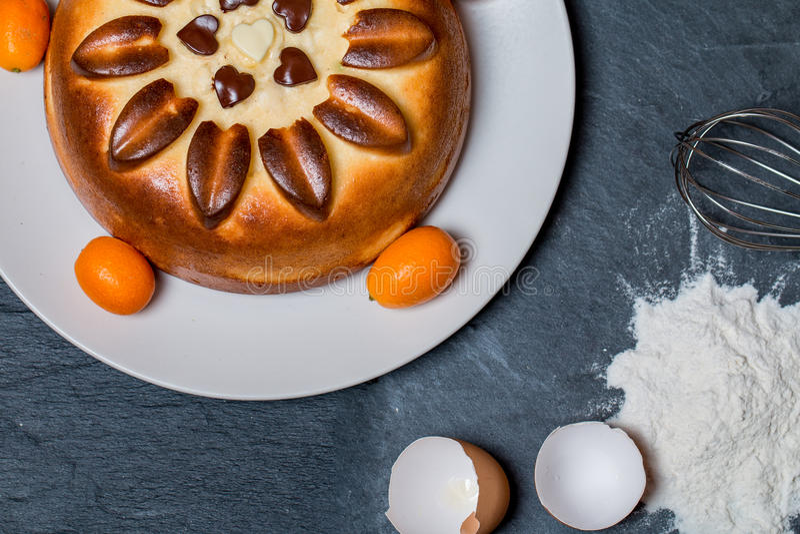 cake op plaat met ingrediëntenbloem, eieren stock afbeeldingen