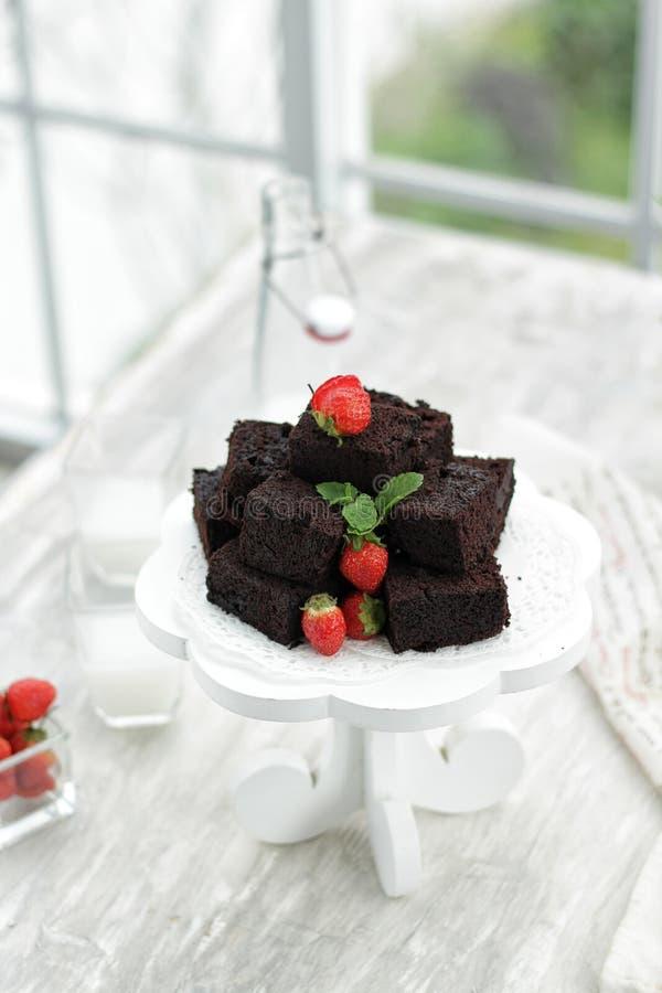 Cake på tabellen royaltyfria bilder