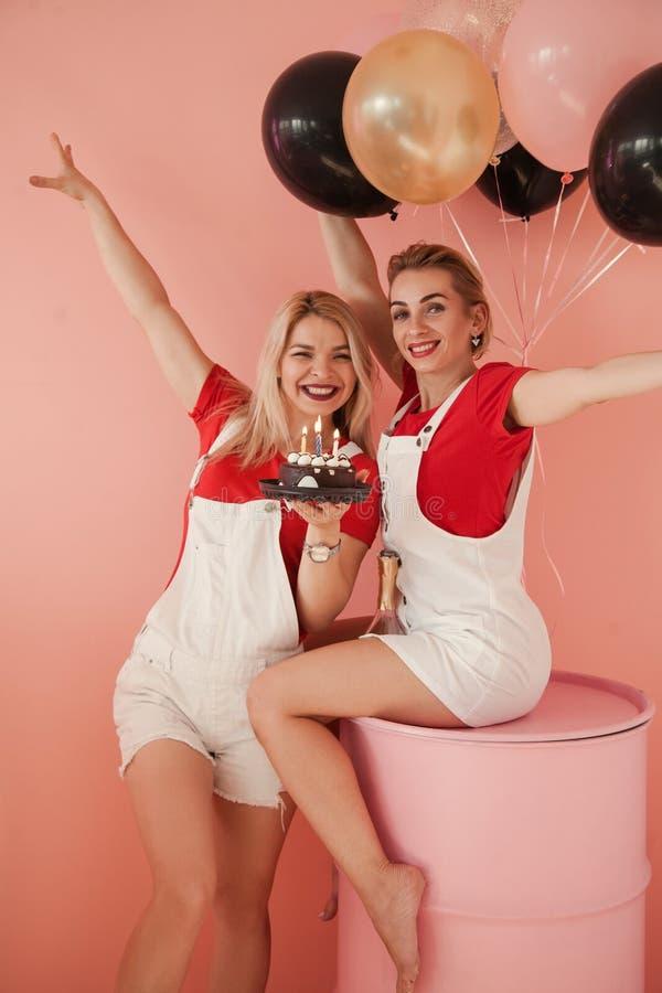 Cake van de de vriendenchocolade van de verjaardagsviering de beste royalty-vrije stock afbeelding