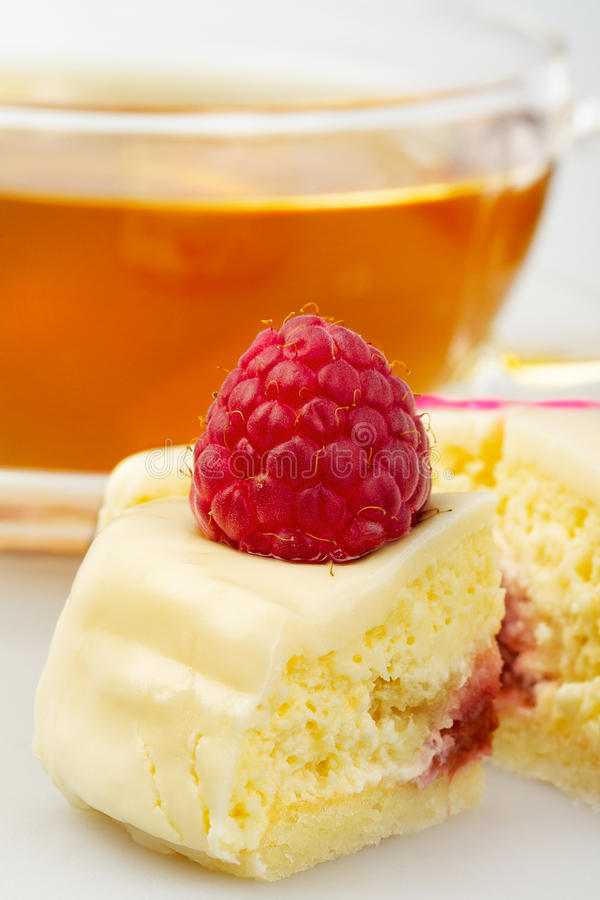Cake with white chocolate and raspberry stock photography