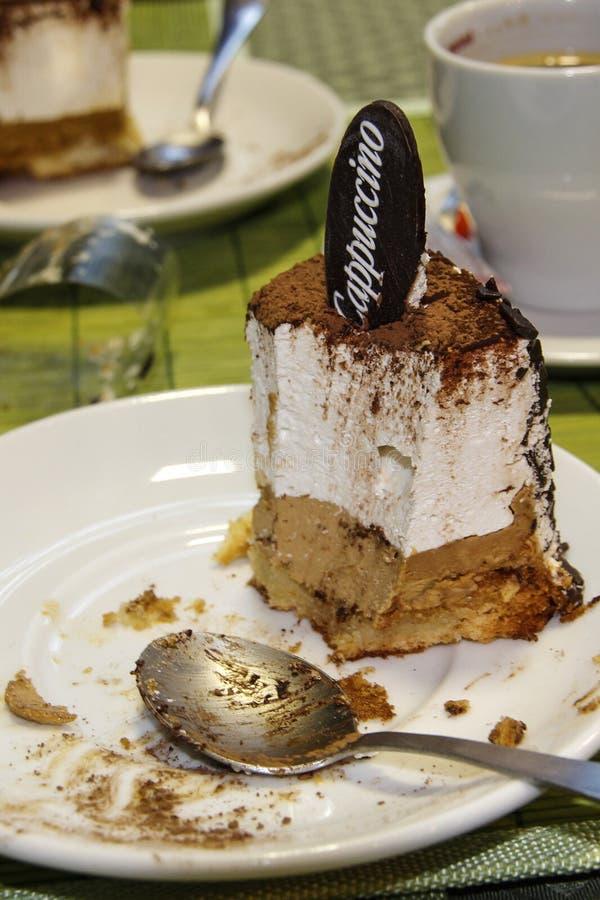 Cake, wit, plaat, achtergrond, cacao, lijst, voedsel, close-up, smakelijke chocolade, zoet, heerlijk, dessert, het koken, room, k stock fotografie