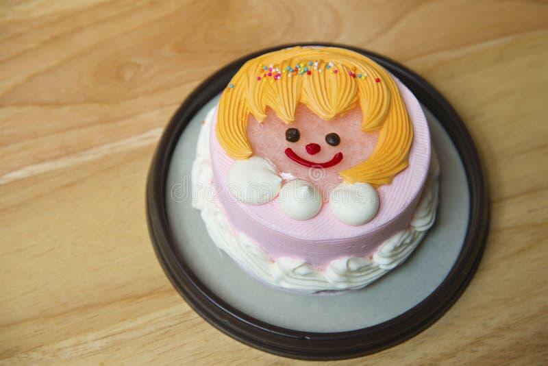 Cakebaby op de vloer met houten textuurachtergrond stock foto's