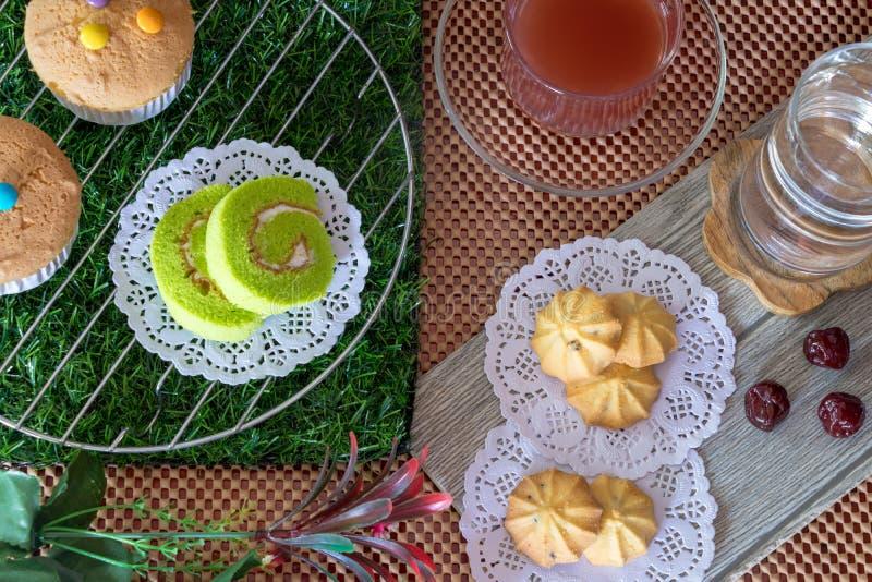 Cakebroodje, Cupcake, Koekje, Aardbeithee, Water op Lijst stock fotografie