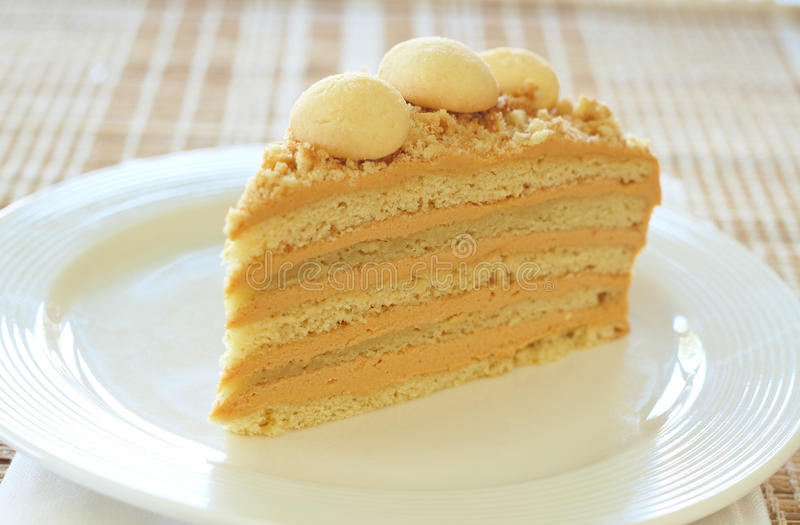 cakecaramelmedovik arkivfoton